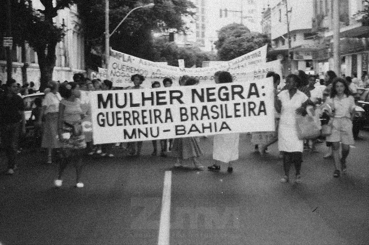 01-afro-fotografia-caminhada-dia-internacional-das-mulheres-ano-1990-foto-jonatas-conceicao