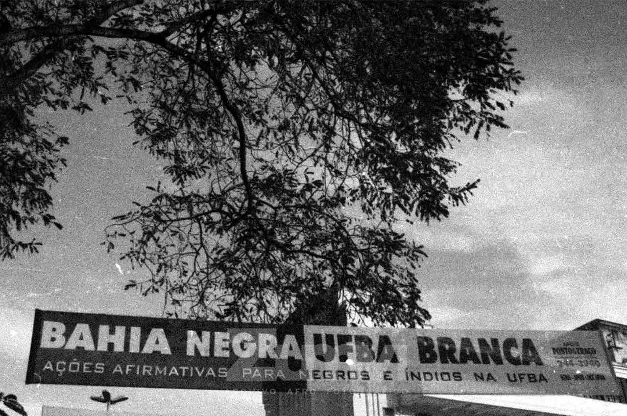 04-afro-fotografia-manifestacao-para-aprovaçao-da-politica-de-cotas-na-ufba-ano-2005-foto-lazaro-roberto