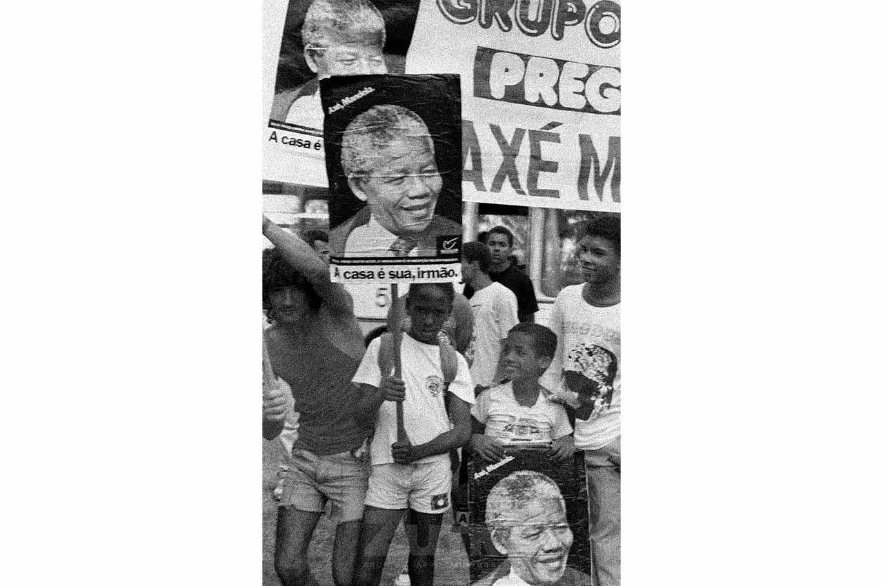 06-afro-fotografia-recepcao-no-aeroporto-2-de-julho-para-nelson-mandela-na-bahia.-ano-1991-foto-lazaro -roberto