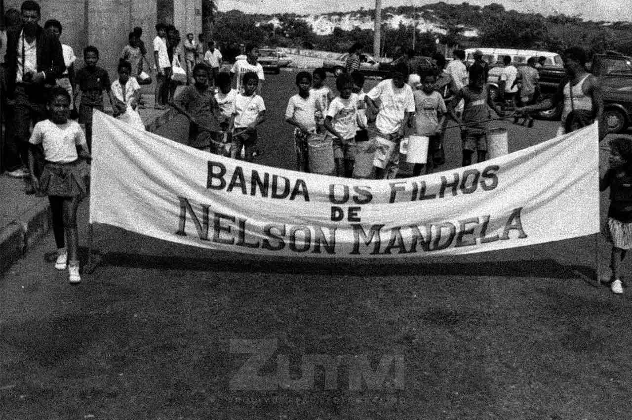 12-afro-fotografia-recepcao-no-aeroporto-2-de-julho-para-nelson-mandela-na-bahia.-ano-1991-foto-raimundo-monteiro