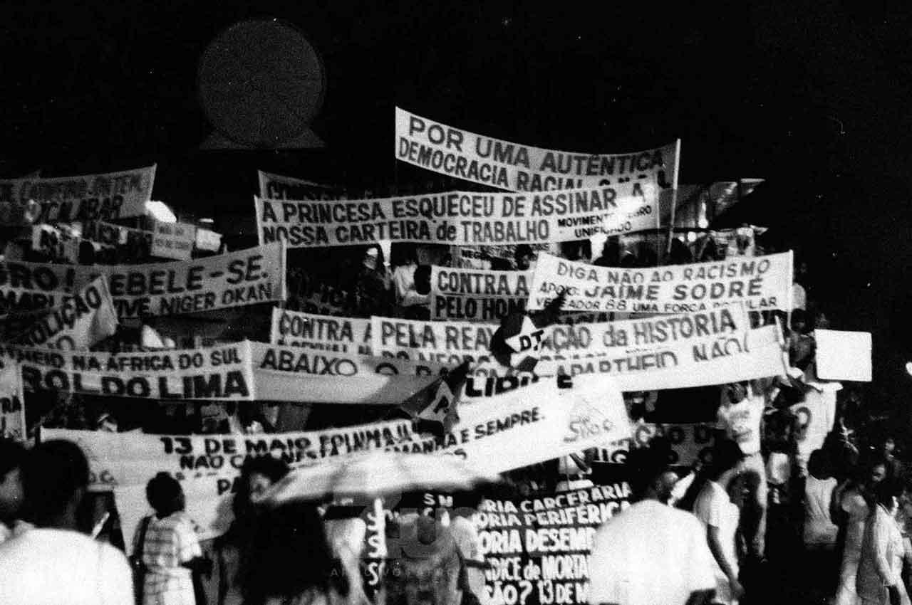 15-afro-fotografia-passeata-contra-a-farsa-da-abolicao-no-brasil-praca-municipal-foto-jonatas-conceicao-ano-1988