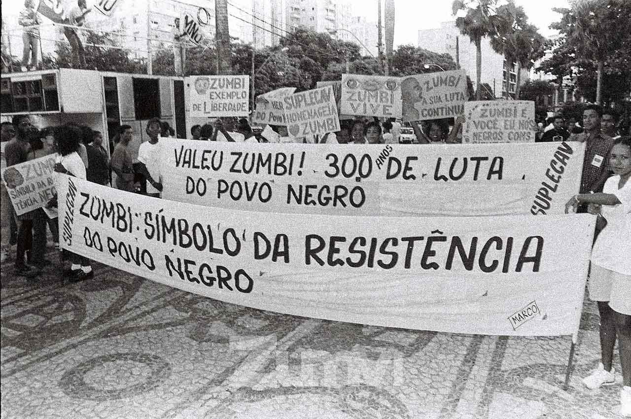 19-afro-fortografia-caminhada-em-homenagem-aos-300-anos-de-zumbi.-ano-1995.-foto-lazaro roberto