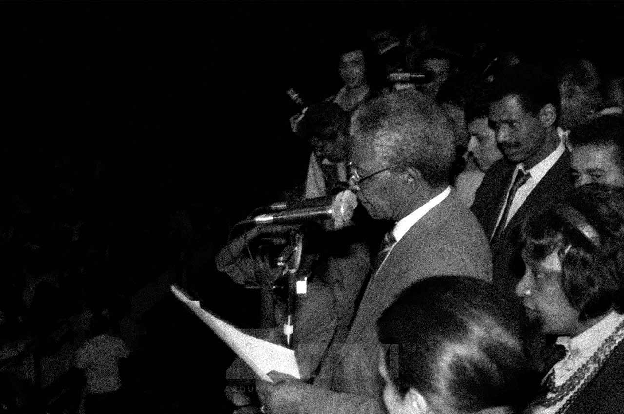 20-afro-fotografia-nelson-mandela-discursando-para-milhares-de-pessoas-na-praca-castro-alves-ano-1991-foto-lazaro Roberto
